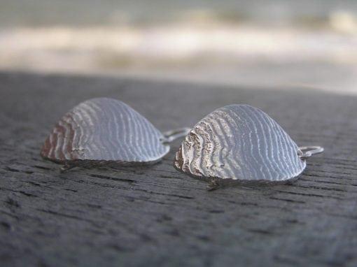 Bølge øreringe i blank sølv - lavet af Nynne Kegel - Loenstrup Smykke Design