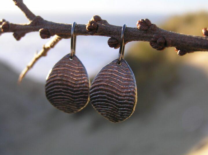 Bølge øreringe i oxyderet sølv - lavet af Nynne Kegel - Loenstrup Smykke Design