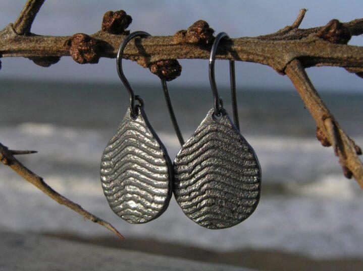 Dråbe øreringe i oxyderet sølv - lavet af Nynne Kegel - Loenstrup Smykke Design