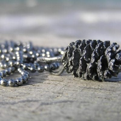 El kogle i oxyderet sølv - lavet af Nynne Kegel - Loenstrup Smykke Design