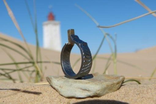 Rubjerg Knude Fyr ring i oxyderet sølv og 14k guld - lavet af Nynne Kegel - Loenstrup Smykke Design