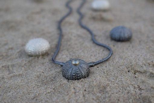 Søpindsvin vedhæng i oxyderet sølv med 14k guldfatning og 4mm zirkonia guld - lavet af Nynne Kegel - Loenstrup Smykke Design