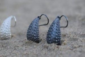 Søpindsvin øreringe i oxyderet sølv - lavet af Nynne Kegel - Loenstrup Smykke Design