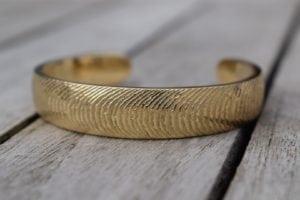 Tidevands armring i guld - lavet af Nynne Kegel - Loenstrup Smykke Design