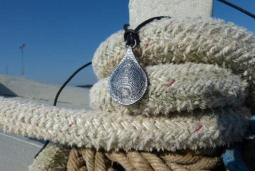 Tidevand dråbe vedhæng i oxyderet sølv - lavet af Nynne Kegel - Loenstrup Smykke Design