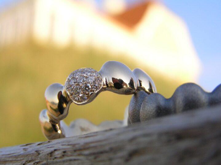 Stepstone ring i guld med brillanter - lavet af Nynne Kegel - Loenstrup Smykke Design
