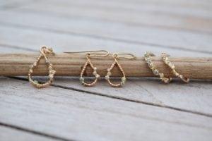 Rur smykker i 14 karat guld med blå, grønne og hvide diamanter. Lavet af Loenstrup Smykke Design